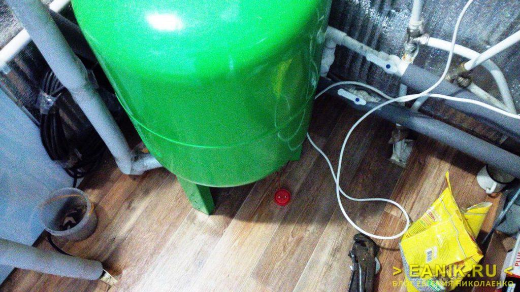 Датчик утечки воды расположен около фланца гидроаккумулятора