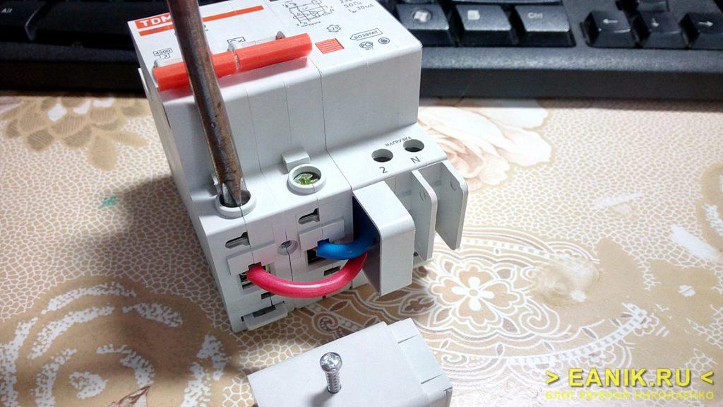 Дифференциальный автомат АД-2 фирмы TDM Electric без нижней крышки