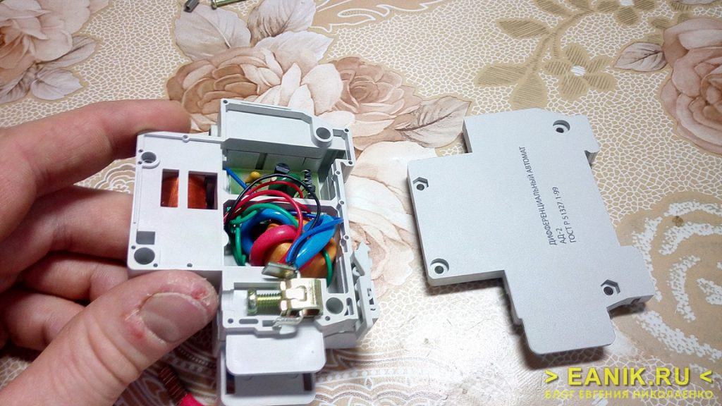 Дифференциальный автомат АД-2 фирмы TDM Electric - вид изнутри