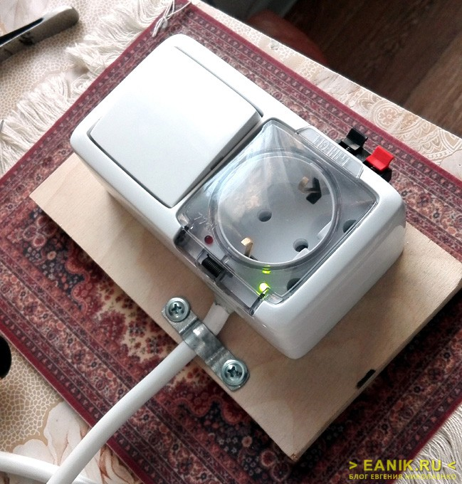 Фиксация входного кабеля металлической скобой