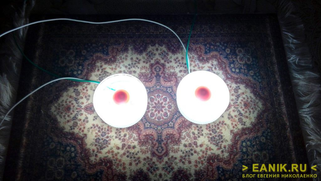 Светодиодные фонарики на столе