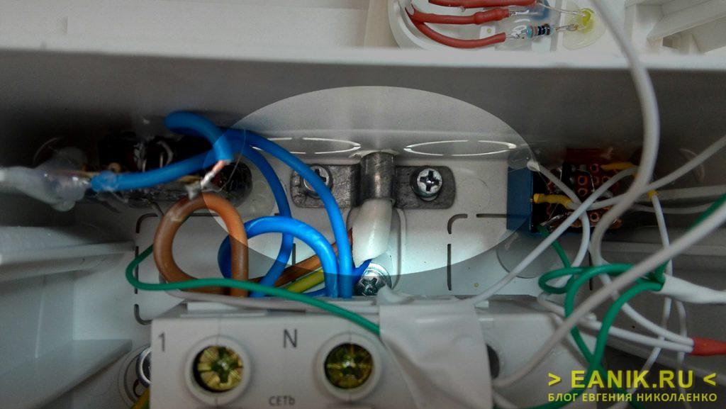 Фиксация входного кабеля металлической скобой внутри корпуса